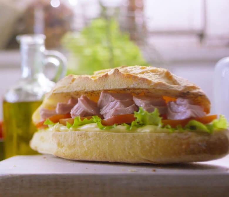 Сэндвич с тунцом, томатами и майонезом