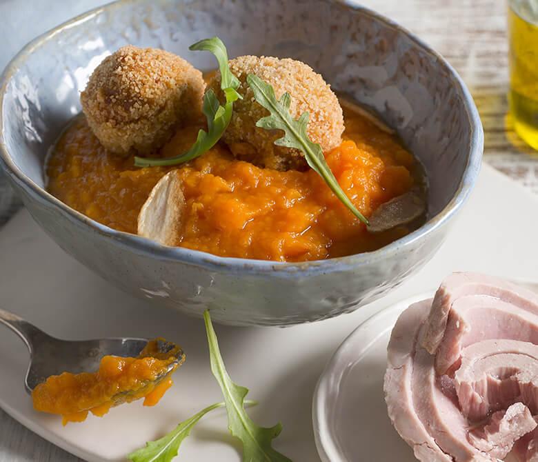 Крокеты из картофеля и тунца с морковным кремом