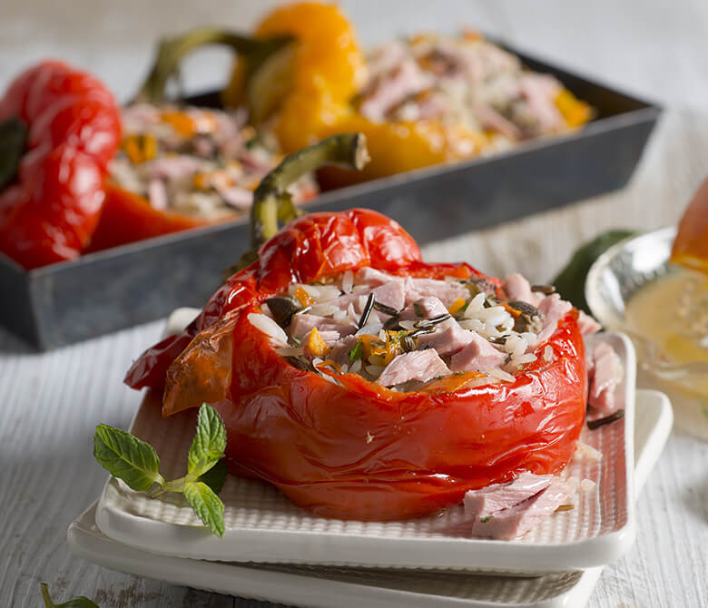 Перец, фаршированный диким рисом и тунцом