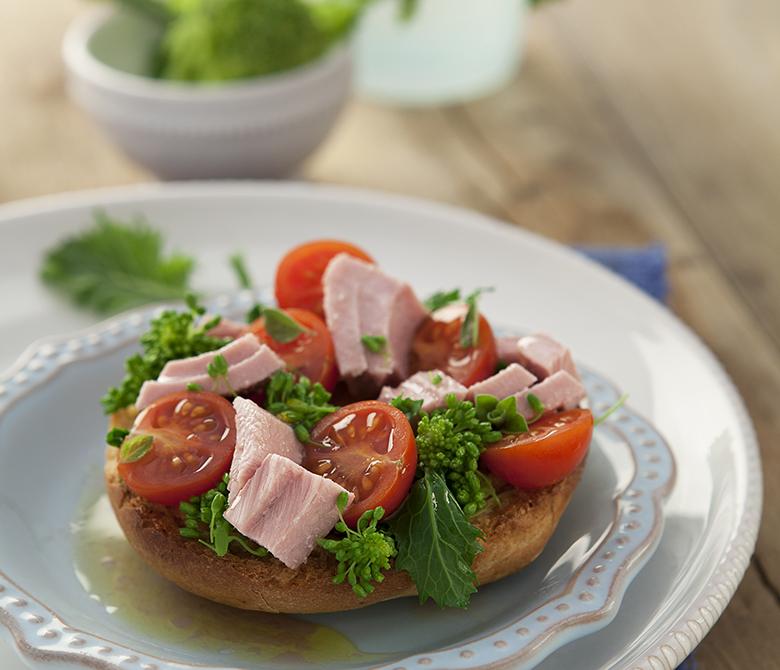 Фризелле с помидорами черри, брокколи рабе и тунцом