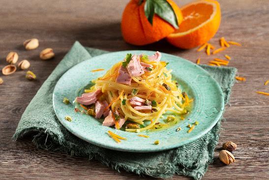 Ароматные спагетти с тунцом, фисташками и цедрой апельсина