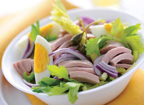 Салат с консервированным тунцом, красным луком и яйцом