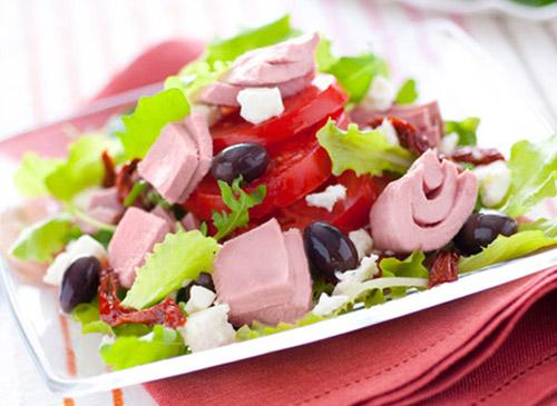 Салат с консервированным тунцом, вялеными томатами, оливками и сыром фета