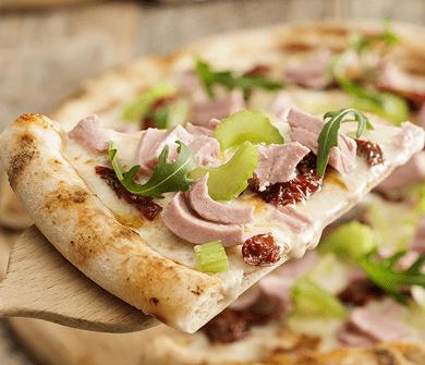 Пицца с тунцом, вялеными томатами, сельдереем и рукколой