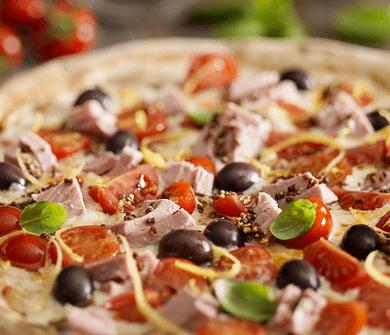 Пицца с тунцом, помидорами черри, оливками и цедрой лимона