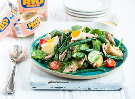 Салат с яйцом пашот, тунцом и картофелем