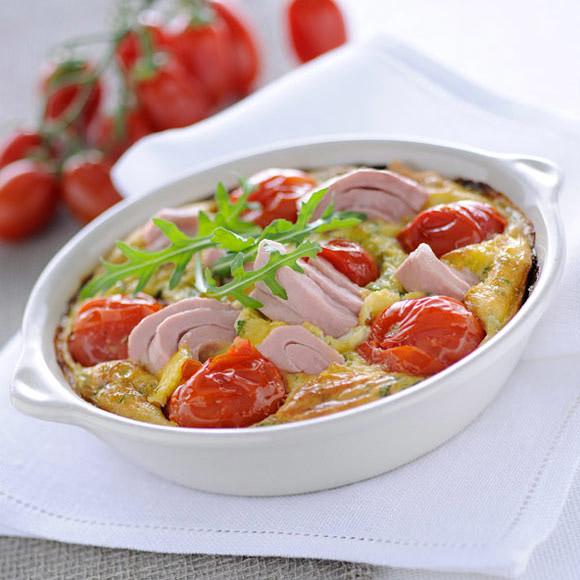 Быстрый пирог с тунцом, томатами и рукколой