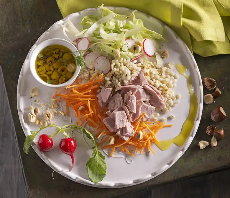 Салат из ячменя, тунца, редиса и фундука
