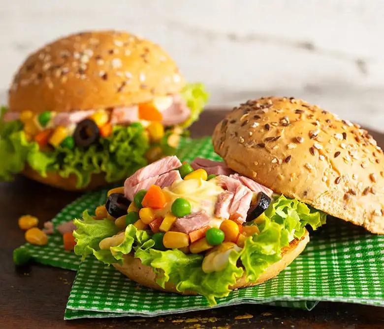 Бургер с консервированным салатом из кукурузы с тунцом Insalatissime
