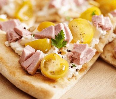Фокачча с тунцом, помидором и сыром