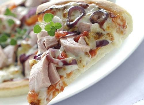 Средиземноморская пицца с красным луком и тунцом