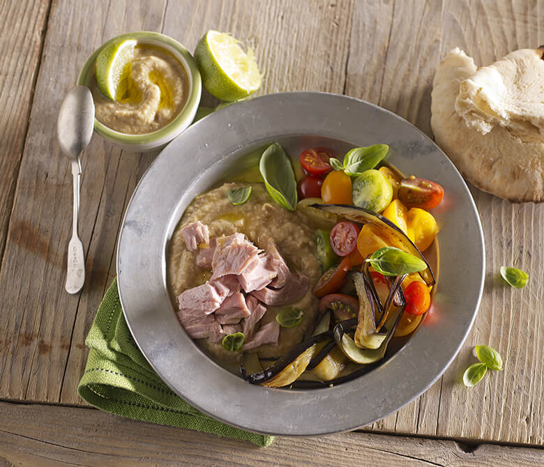 Тунец с хумусом, жареными баклажанами и помидорами черри