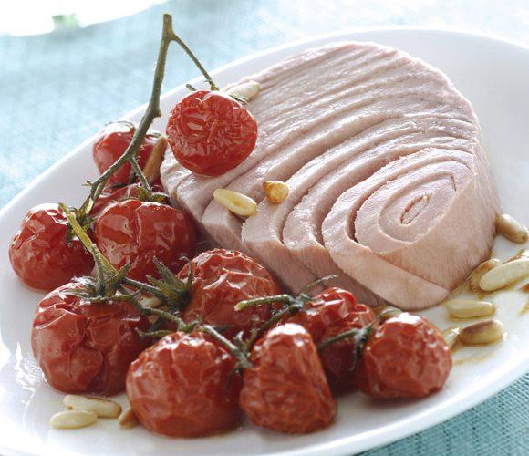 Тунец с засахаренными помидорами черри и жареными кедровыми орешками