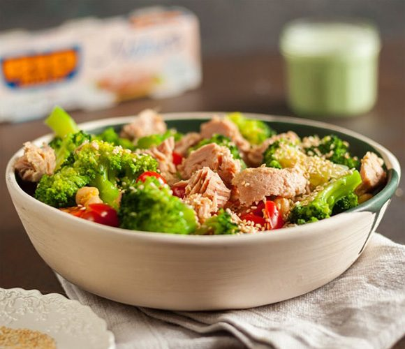 Салат из брокколи и консервированного тунца
