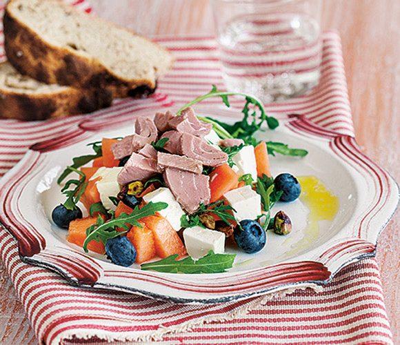 Салат из рукколы, дыни, тунца, сыра фета и черники
