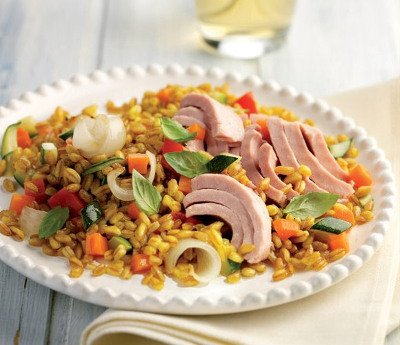 Теплый салат с полбой и тунцом