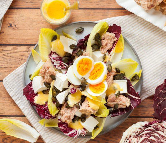 Салат из цикория с тунцом, фетой и тыквенными семечками
